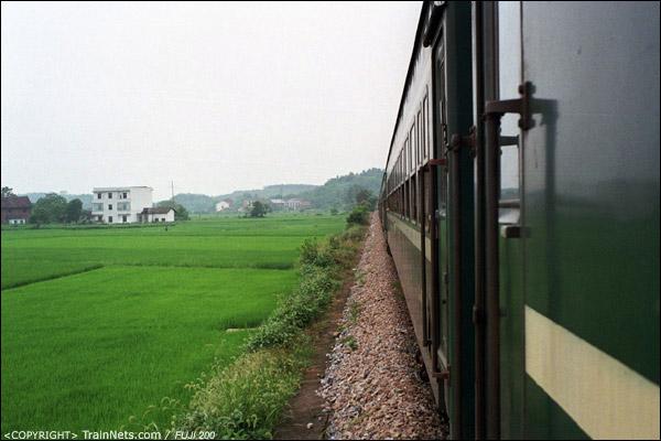 列车行驶在农田与小丘陵之间,没有接触网,线路显得很清爽。(D4108)
