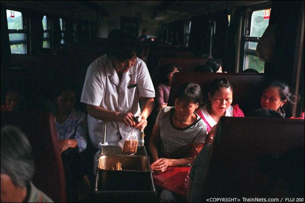 车上售货员买着香干豆腐。(D4117)