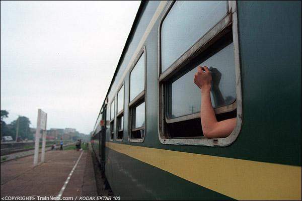 回程的乘客已经上车,一位乘客把手伸出窗外乘凉。(D4202)