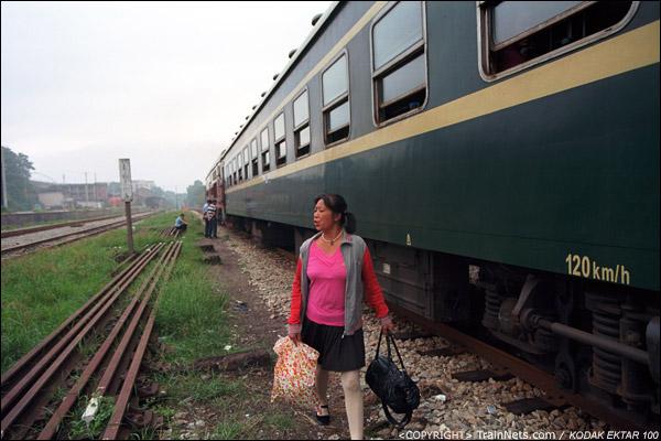 列车太长,以至于部分车厢未能停靠在站台上。(D4210)