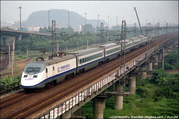 """2006年10月,广东,广州吉山。蓝箭驶向深圳。2006年的""""广深三剑客""""之一。(A4626)"""