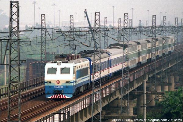 """2006年10月,广东,广州吉山。SS8-0066牵引着广深城际准高速列车前往广州。2006年的""""广深三剑客""""之一。(A4627)"""