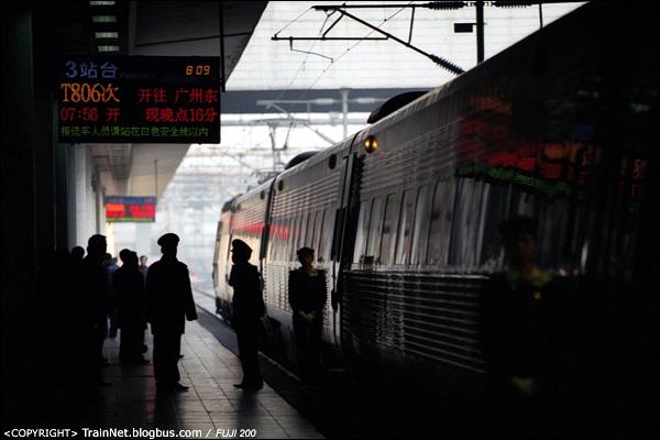 """2007年1月2日,广东深圳。X2000,""""新时速""""列车,T805次到达深圳站后,车上人员在站台上准备迎接T806次旅客。(A7126)"""