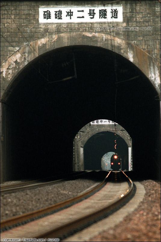 2007年11月,广东坪石。 SS9G牵引列车通过碓磑冲一、二号隧道群。(B5922)