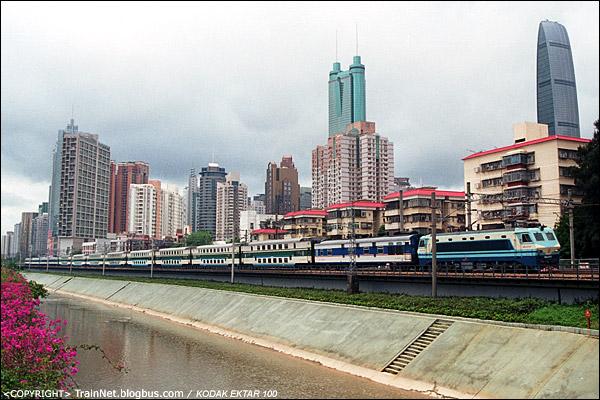 2012年4月28日,深圳。T8382次列车开出深圳站。(D1604)