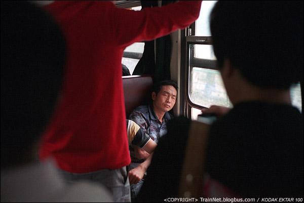 过道上站满了人,空气也十分闷热,有个靠窗的座位显得多么的重要。(D4002)