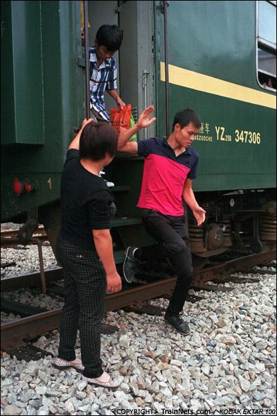 攸县站,车上的乘客只能小跳下车厢,走股道出站。(D4020)