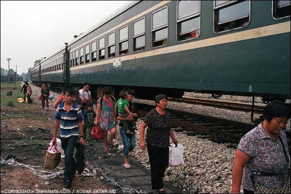 攸县站,下车的乘客沿着路基走出站。(D4025)