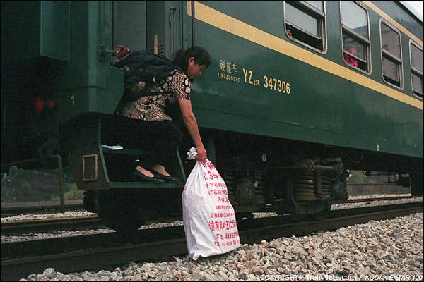 攸县站,拿着大行李的乘客,下车比较踉跄。(D4028)