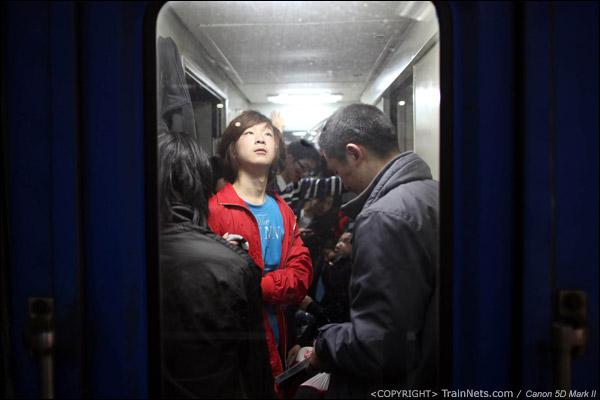 2011年1月27日,深圳站。前往九江的列车,一名乘客在思索。(IMG-0538-110127)