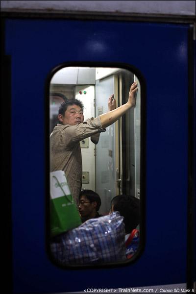2011年1月27日,深圳。前往武昌的列车,一名乘客看着门外。(IMG-0680-110127)