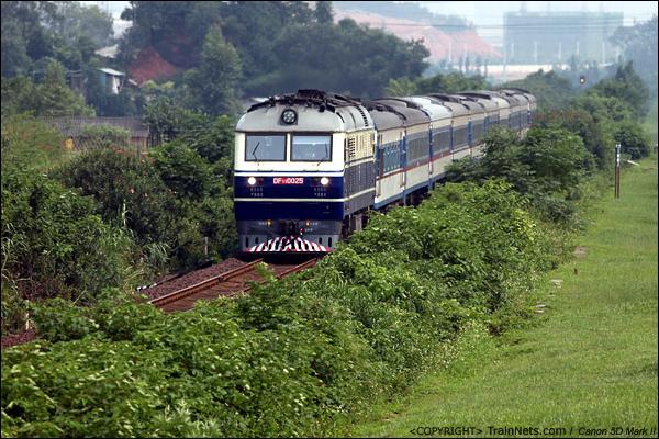 2012年9月9日。广东佛山三水走马营。T804/5次,九龙-肇庆直通车沿着北江大堤开往肇庆方向。