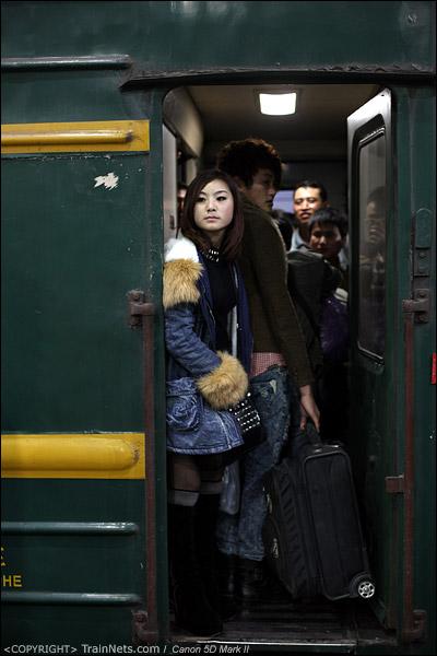 2013年1月26日凌晨,深圳站。第一趟临客为开往成都东的L76次。一名穿着新潮的女孩与老旧的YZ22B绿皮车形成鲜明的对比。 (IMG-4646-130126)