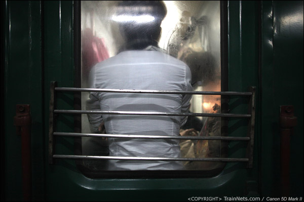 2011年1月26日,深圳西。前往达州的列车,门端已经挤满了人,一名乘客只能背靠车门站立。(IMG-5857-110116)
