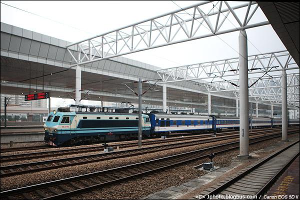 2012年12月21日。T812,九龙-广州东通过今日开通的深圳东站。从今天起,所有直通车将更换为25T型客车。由于这组车底在红磡过夜,因此这次是其25Z车底最后的运行。(IMG-5898-121221)