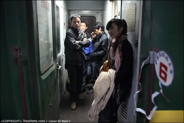 2011年1月18日。深圳站。前往成都的列车,一名站在门端的女孩。(IMG-6924-110119)