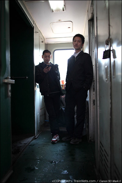 2011年1月19日,深圳西。前往铜仁的列车,两名乘客站在门端发呆。(IMG-7330-110119)