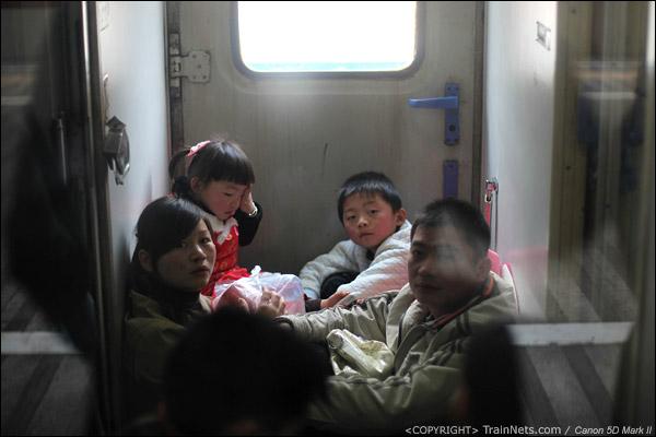 2011年1月22日,深圳站。前往九江的列车,一家四口团坐在门端的一侧。(IMG-8500-110122)