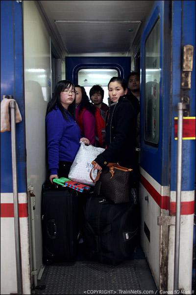 2011年1月22日,深圳站。前往九江的列车,乘客挤在过道里等待关门。(IMG-8661-110122)