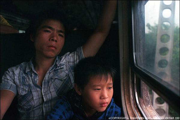 车厢内十分拥挤,人们也只能紧紧地坐着,看着窗外发呆。(D3731)