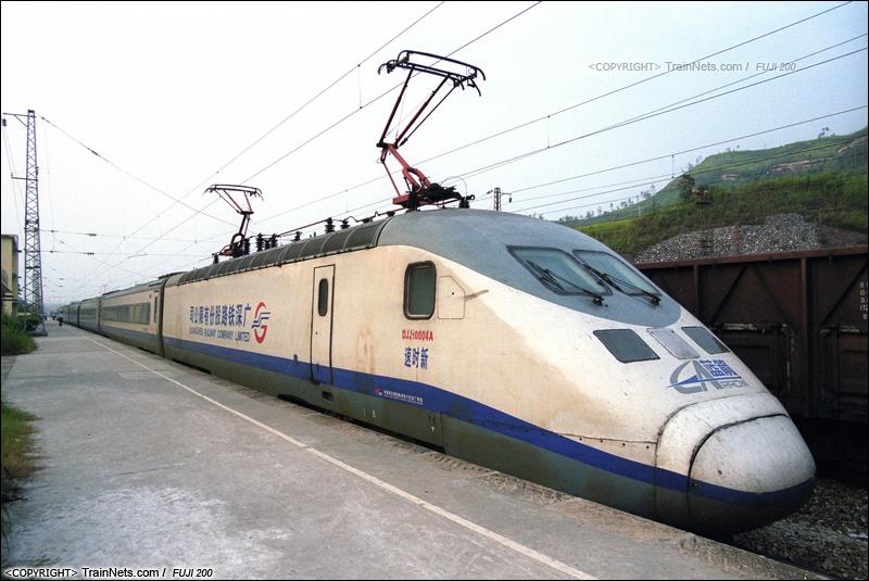 2007年8月18日。广东坪石。 蓝箭DJJ1-0004列车在 坪石北进行整备。从广深线上退役下来的蓝箭,执行韶关-坪石间城际列车。(B2935)