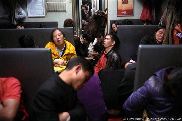 14号车厢一段的过道上坐满了熟睡的乘客。(D7331)