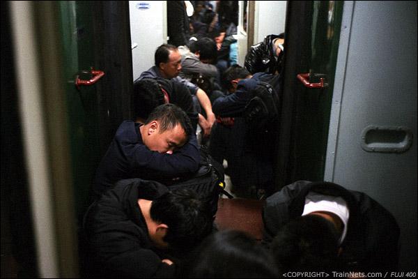 12、13号车厢连接处,坐满了乘客。(D7335)