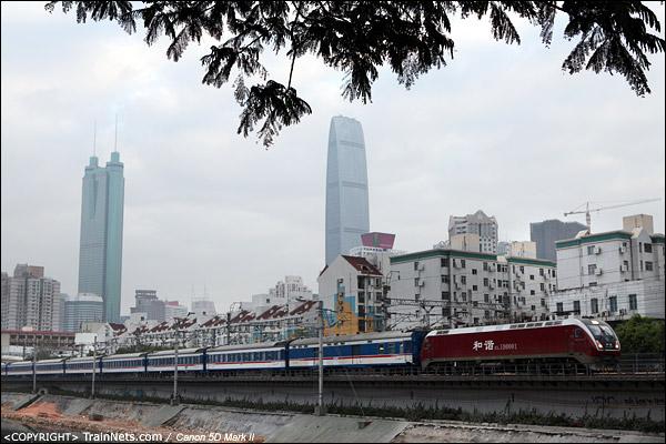 2013年2月18日。深圳人民公园路。HXD1D-0001牵引T96从深圳前往汉口。HXD1D在武深间进行考核运行试验。(IMG-8148-130218)