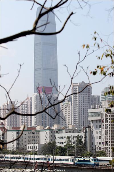 2013年2月19日。深圳笋岗路。T804次直通车与D7046次并行。(IMG-8202-130219)