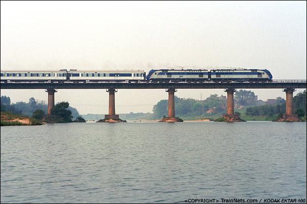2013年3月8日。广东四会大沙。三茂铁路。T806次,肇庆-九龙晚点通过,列车进入加速段,DF11G喷烟发力。(D8017)