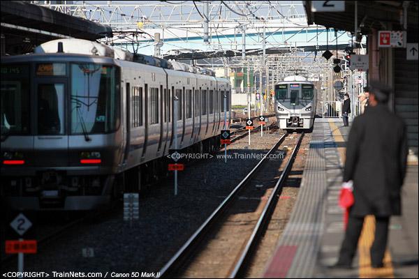 日根野站,一列西行重联列车进站。(IMG-3949-120130)