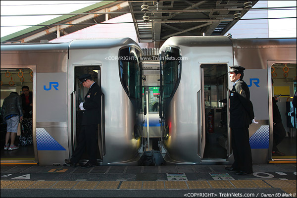 JR关空线-日根野站。西行重联列车,左侧先开往关西机场,右侧开往和歌山。前车车长正在低头看时间。(IMG-3961-120130)