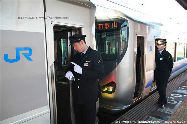 日根野站。西行重联列车,左侧先开往关西机场,右侧开往和歌山。前车车长正在低头看时间。(IMG-3961-120130)