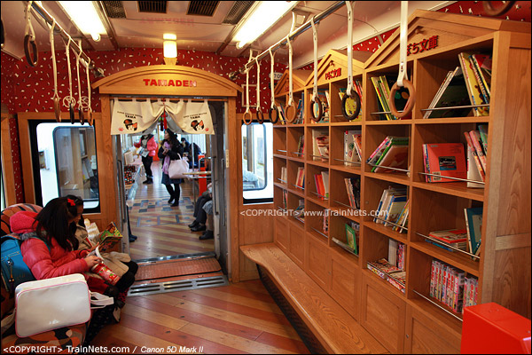 """""""阿玉电车""""二号车厢。车内的小图书馆。(IMG-4093-120130)"""