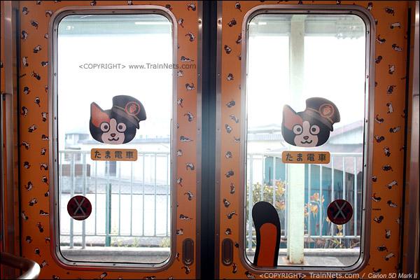 """""""阿玉电车""""二号车厢。车门的猫图案。(IMG-4113-120130)"""