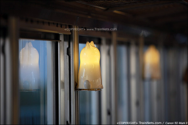 """""""阿玉电车"""",车壁上的猫造型灯。(IMG-4150-120130)"""