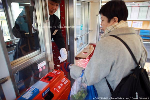 贵志川线上,列车到站后,司机要出来收取票钱或者检视月票。(IMG-4200-120130)