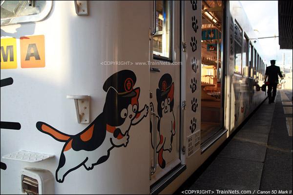 """贵志站。""""阿玉电车""""侧面,有着形态不一的阿玉卡通图案。(IMG-4251-120130)"""