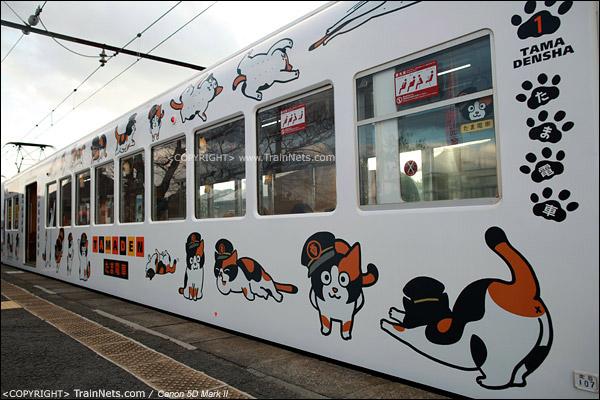 """贵志站。""""阿玉电车""""侧面,有着形态不一的阿玉卡通图案。(IMG-4272-120130)"""