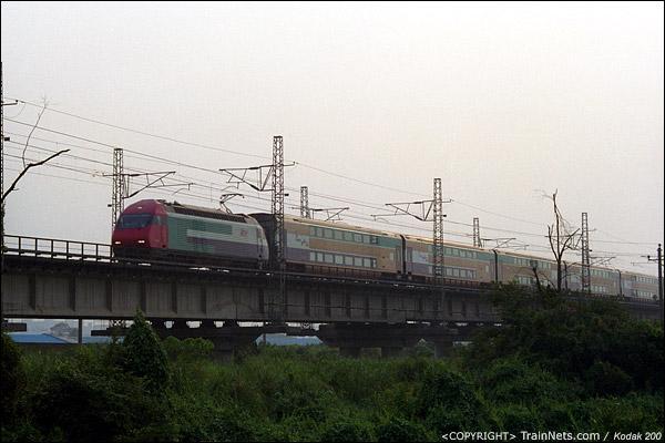 2001年8月21日。广州吉山。KTT直通车开往香港。(P0829)