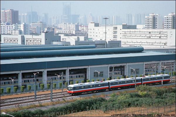 2005年11月。广州地铁八号线,赤沙车辆段(旧二号线)。广州地铁三号线列车在车库里调试。当时由于夏滘车辆段未完工,三号线列车均借用八号线(旧二号线)的赤沙车辆段停放及调试。(P9035)