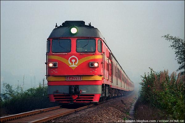2013年3月8日。三茂铁路,广东鼎湖站下行机外。0K827次开往肇庆,为K828成都东-广州的回送车底。(D7914)