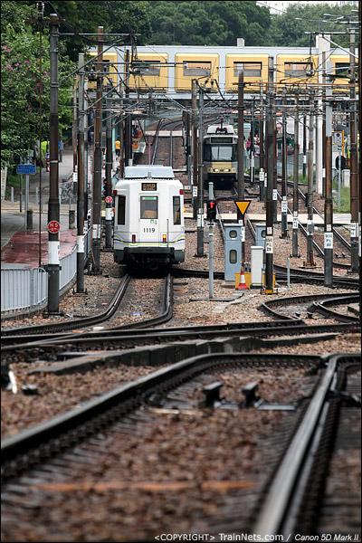 2011年10月14日。香港屯门。两辆香港轻铁615P线,屯门码头-兆康,在青云站与鸣琴站区间交汇。(IMG-0940-111014)