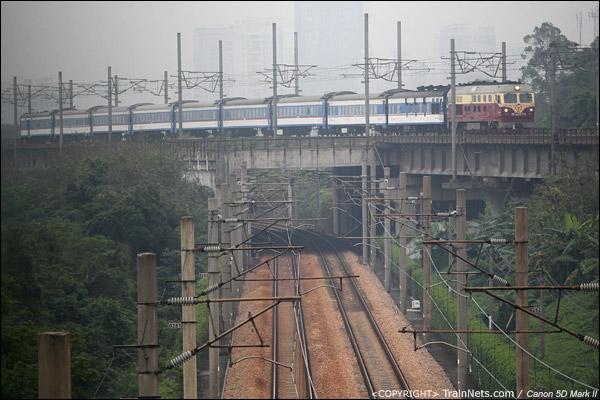 2013年4月28日。广州新塘。T8358次,汕头-广州东。横跨广深铁路I、II线。(IMG-5567-130428)