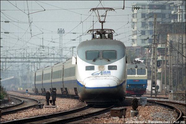 2005年2月。广州站东头,射击场道口。蓝箭执行广州-深圳任务,前往深圳。DF9等待调车信号。(P4007)