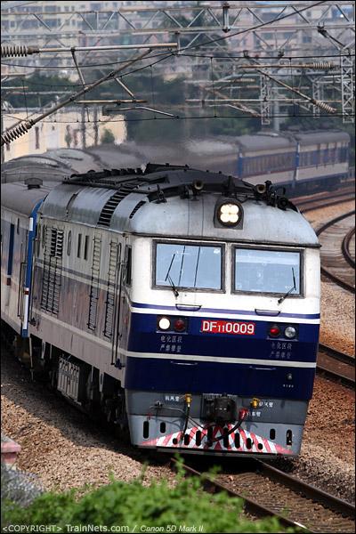 2012年9月29日。深圳布吉。T813次,广州东-九龙,开往香港。广九直通车目前已使用SS8+25T编组。(IMG-2848-120929)