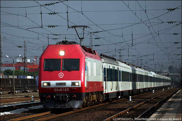 2012年7月15日。广州大朗站。T16次,广州-北京西通过大朗站,继续北上。(IMG-2919-120715)