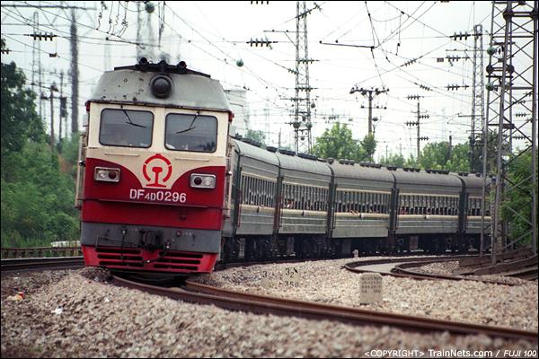 2003年8月。湖南株洲,响田桥。DF4D牵引绿皮客车。(P3314)