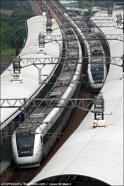 2013年6月2日。广东石龙。D7017次广州-深圳(左)与D7060次深圳-广州东在石龙站停车。(IMG-0223-130602)