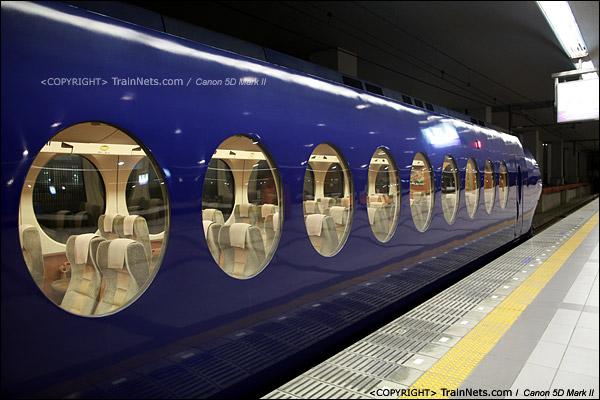 关西机场。Rapi:t特急α线列车。车身椭圆型的窗户。(IMG-4527-120130)